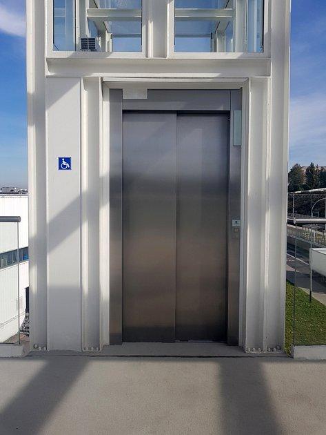 Další řešení nabídne výtah zkonstruovaný vně domu.