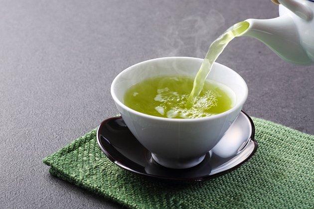 Půl hodiny před každým jídlem vypijete šálek zeleného čaje