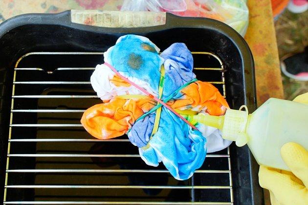 Batikování trička barvami za studena.