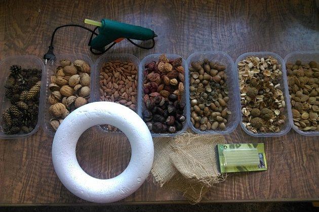 Výběr podzimních plodů pro tvorbu věnce je čistě na každém osobně.