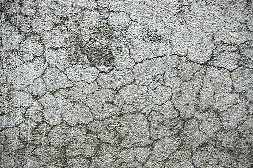 popraskaná betonová podlaha