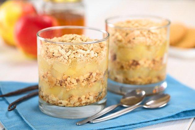 Nepečený jablečný koláč lze připravit do dortové formy i do skleniček.