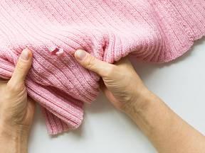 Opravu děravého svetříku zvládneme i bez šití.