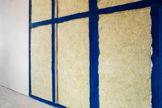 Odhlučněná stěna.