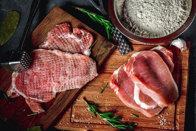 Nakrájené plátky masa naklepeme.
