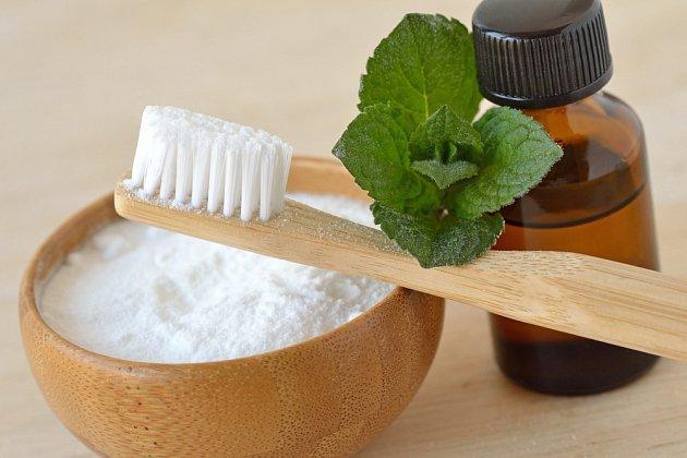 Jedlá soda poslouží jako domácí zubní pasta.