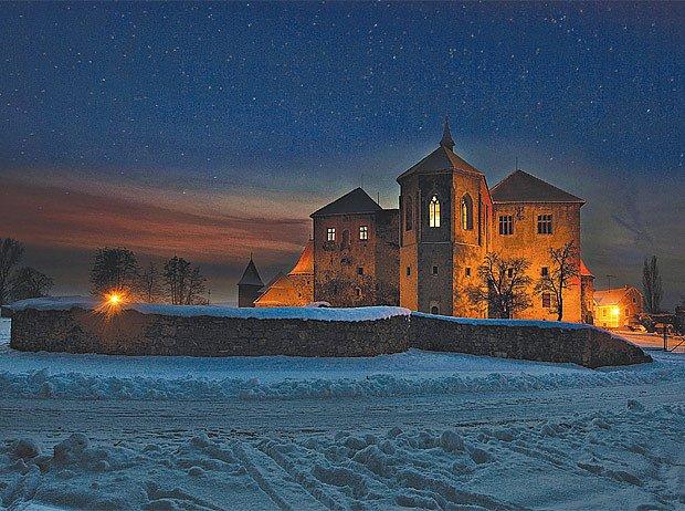 Zimní noc u vodního hradu Švihov