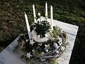 Hotový adventní věnce v přírodním zeleno bílém ladění.