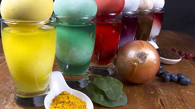 zeleně barví špenát a lipový květ, žlutě potom kurkuma