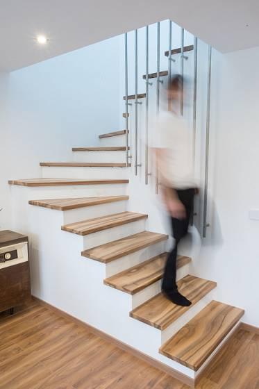 Schodiště z ořechového dřeva je ozdobou interiéru