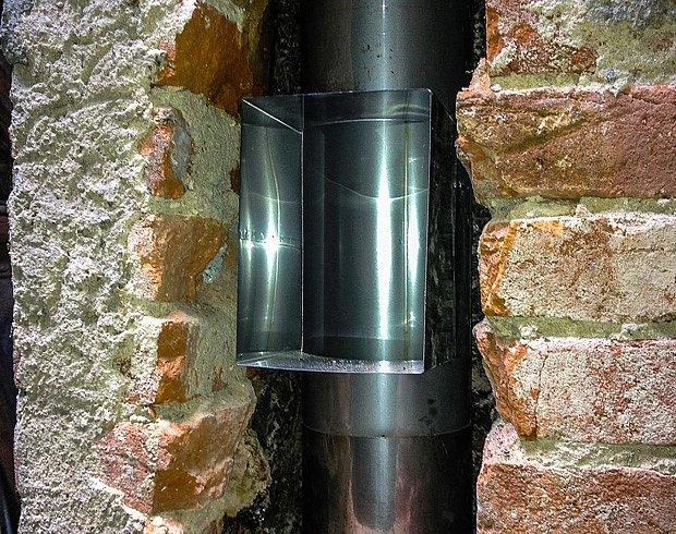 Instalace nového revizního otvoru a komínové vložky.