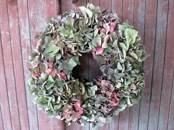 Věnec vyrobený z květenství hortenzií.