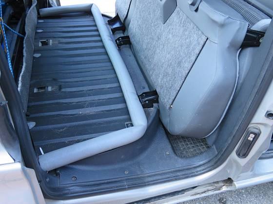 Při převážení se molitanová trubková izolace skrývá pod zadními sedadly. Starší typ Citroenu Berlingo