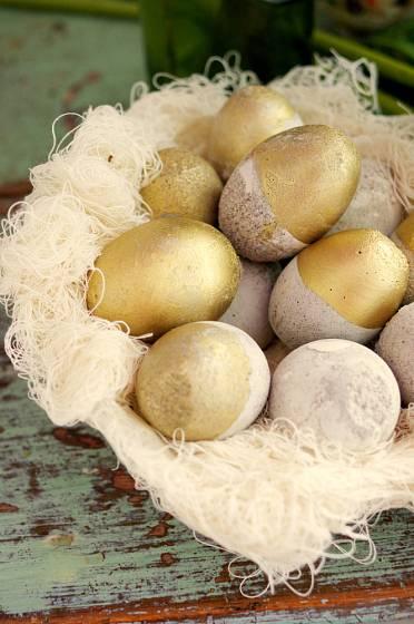 betonová vejce zlatá