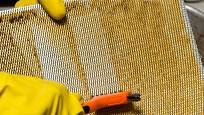 Ruční čištění hliníkového filtru z digestoře je velmi zdlouhavé.