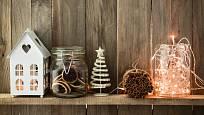 LED řetězy s trafem můžete smotat a vložit do vyřezávaných domečků, do vázy mezi šišky nebo do jiných dekorací.