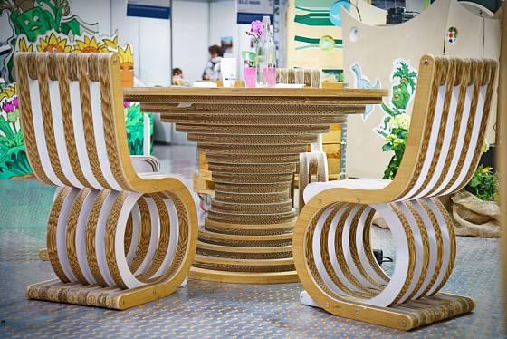 Z lepených kartonů vznikají nejrůznější nábytkové kusy.