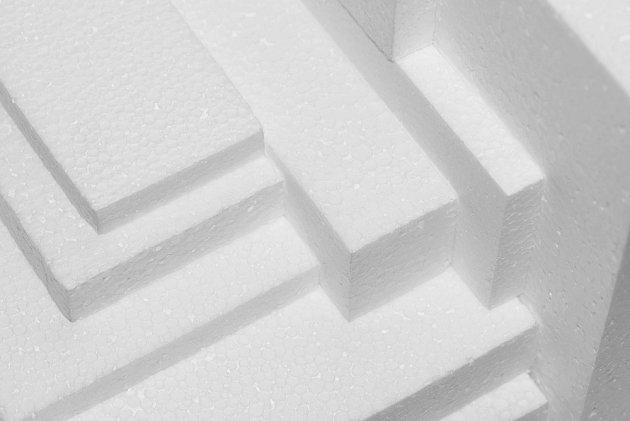 Vyřízneme jednotlivé díly z polystyrenu.