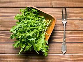 Rukola či roketa (Eruca sativa) je výtečná jarní salátová rostlina.