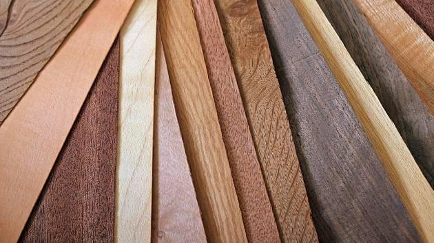 U materiálů, ve kterých je zachována textura dřeva, vzhled závisí i na druhu stromu
