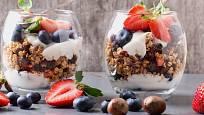 Granola s jogurtem a ovocem ke snídani