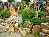 Spárová skalka se vejde i na malou zahradu a je pohledná po celý rok