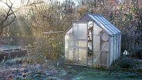 Skleník i v zimě ve dne akumuluje teplo. Jak zabránit jeho ztrátě?