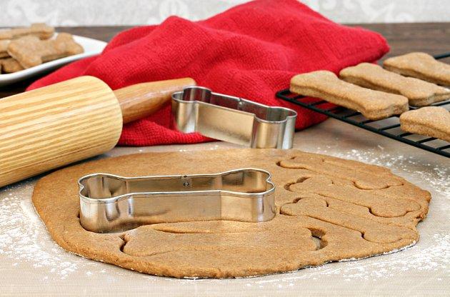 Sušenky mohou mít různý tvar. Stylově vypadají ty ve tvaru psí kosti.