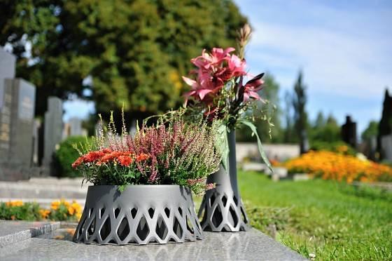 Stříbrná žardina a váza Roseta