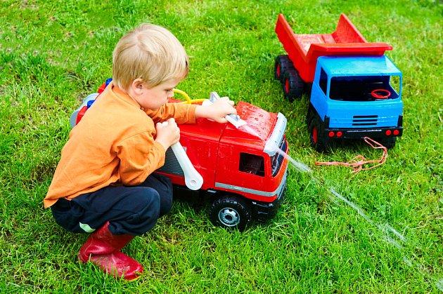 Tatrovka v klasických barvách a hasičské auto