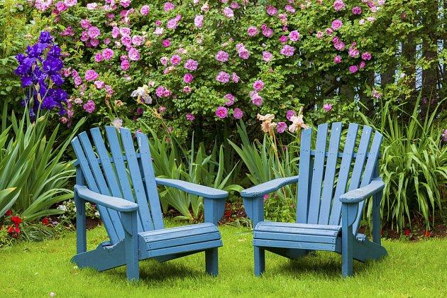 Dřevěný nábytek zahradě sluší.