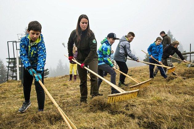 Děti se v Krkonoších zapojují i do péče o vzácné lokality.