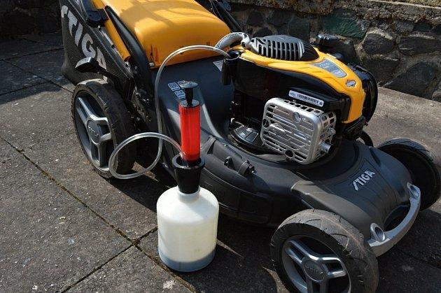 Místo odsávání stroj překlopte na bok a olej nechejte vytéct.
