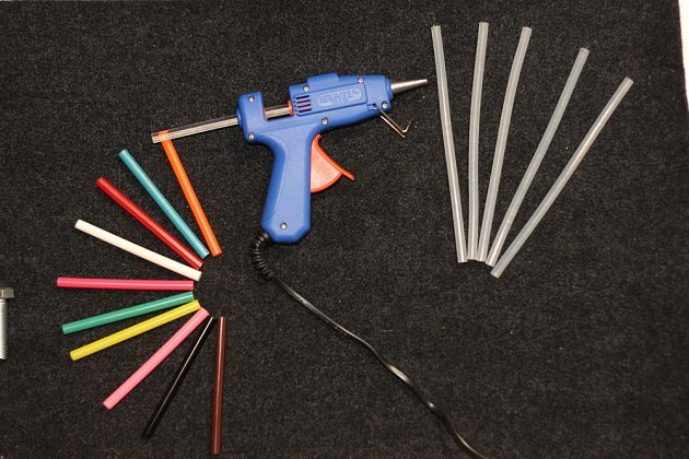 Náplně do lepicích pistolí mají různou délku, barvu i průměr.