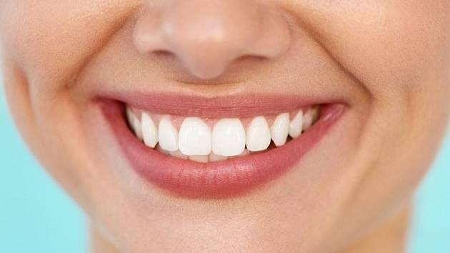 Čištění zubů olejem je starodávná praxe, jež je spojována se systémem tradiční indické medicíny