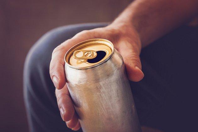 Kdyby Cola za den rozpustila minci, jak by vydržela v plechovce?
