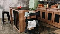 Servírovací stoleček může být i plechový, v černém provedení.