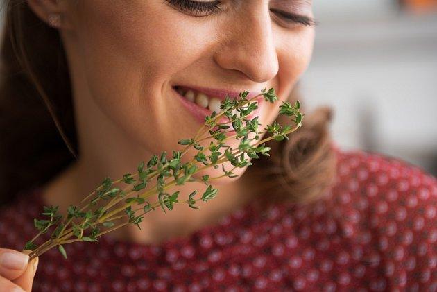 Zažeňte přetrvávající po covidové obtíže bylinkami.