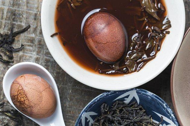 Čaj a koření dodá vejcím barvu i zajímavou chuť