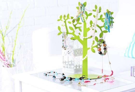 K oblíbeným patří stojany na šperky v podobě stromů.