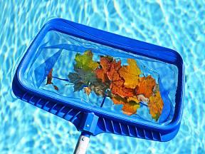 Nejprve z bazénu odstraníme velké nečistoty.
