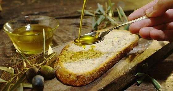 Výborný olej můžete podat s bagetou jako předkrm.