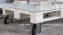 Konferenční stolek zhotovený z palet.