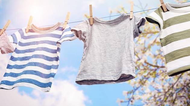 Povíme vám, jak pověsit prádlo, abyste ušetřili místo a zároveň si zjednodušili žehlení.