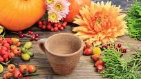 Připravte si přírodniny, nádobku, svíčku a aranžovací hmotu
