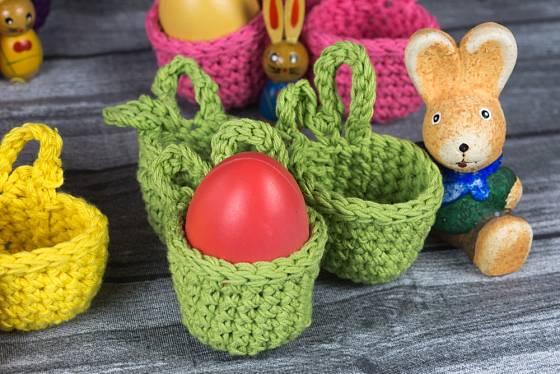Uháčkovat můžeme i košíčky na velikonoční vajíčka.