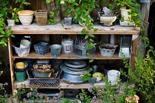 Výstavka použitých nádob s patinou je to pravé pro vintage zahradu.