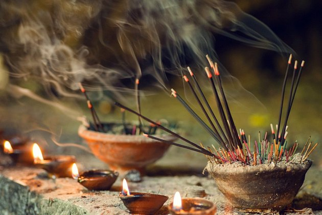 Většina vonných svíček a tyčinek používá syntetické vůně a barviva, která se uvolňují již při pokojové teplotě.