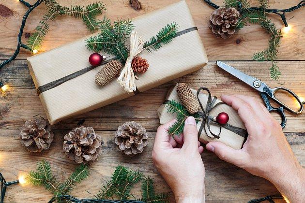 I k balení dárků se dají šišky s úspěchem využít.