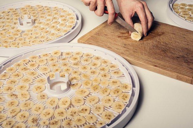 Banány nakrájíme na 3 mm plátky a sušíme v sušičce potravin.